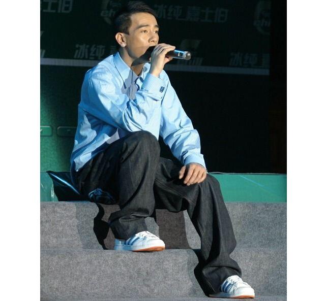 陈小春唱歌的图片_励志大学
