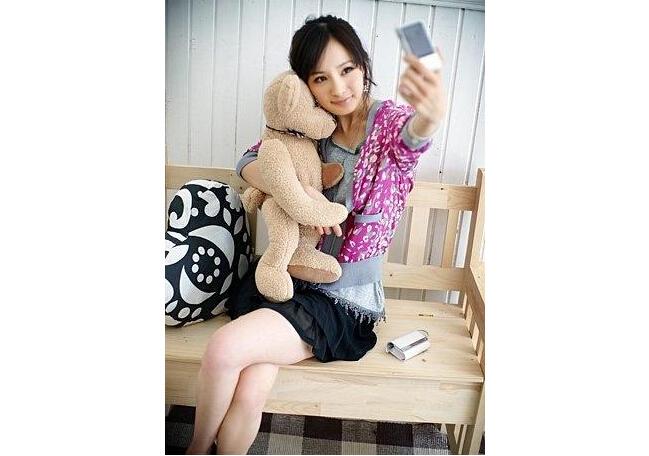 杨幂抱娃娃熊图片_励志大学