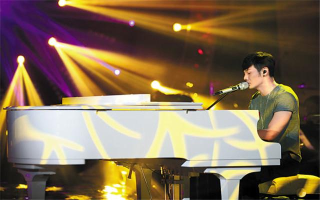 李荣浩弹钢琴的励志图片_励志大学